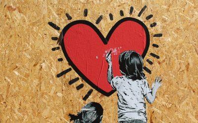 I bambini ridipingono il murale vandalizzato